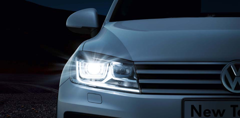 White Volkswagen Touareg FL exterior view front right headlamp