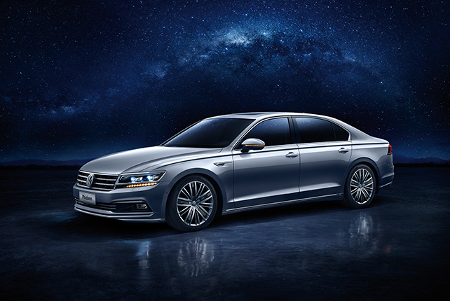 The Volkswagen Phideon at night
