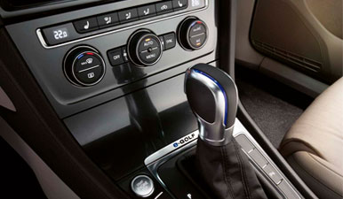 The e-Golf's electronic gearstick showing automatic drive capabilities